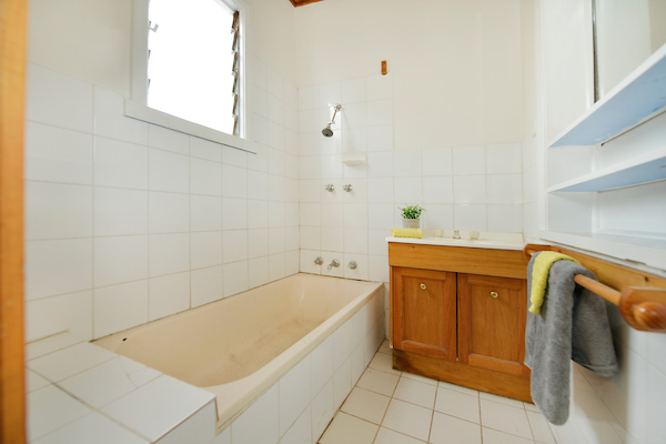 598 Seaview Road bathroom